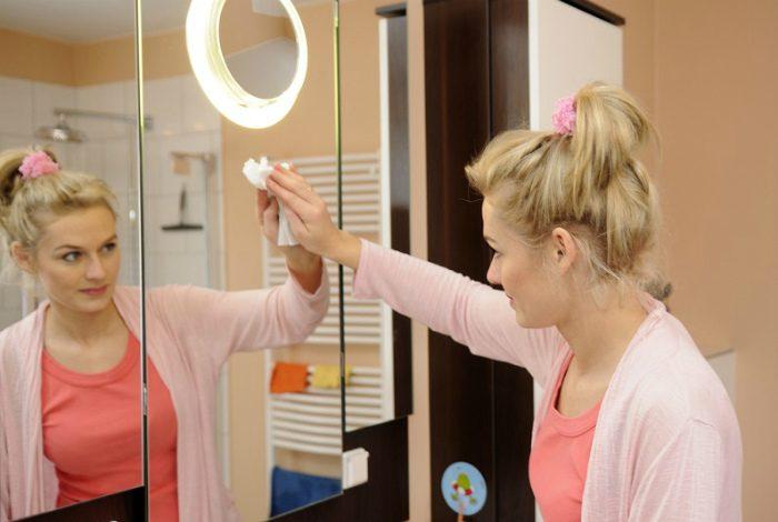 Желатин Еще одно средство, защищающее зеркала от запотевания. Чтобы приготовить состав, следует 2 ч.л желатина развести в 100 мл воды и подождать, пока он набухнет. Полученным раствором протирается сухая зеркальная поверхность в ванной. В результате процедуры, на ней появится невидимая защитная пленочка, не позволяющая капелькам влаги оседать.