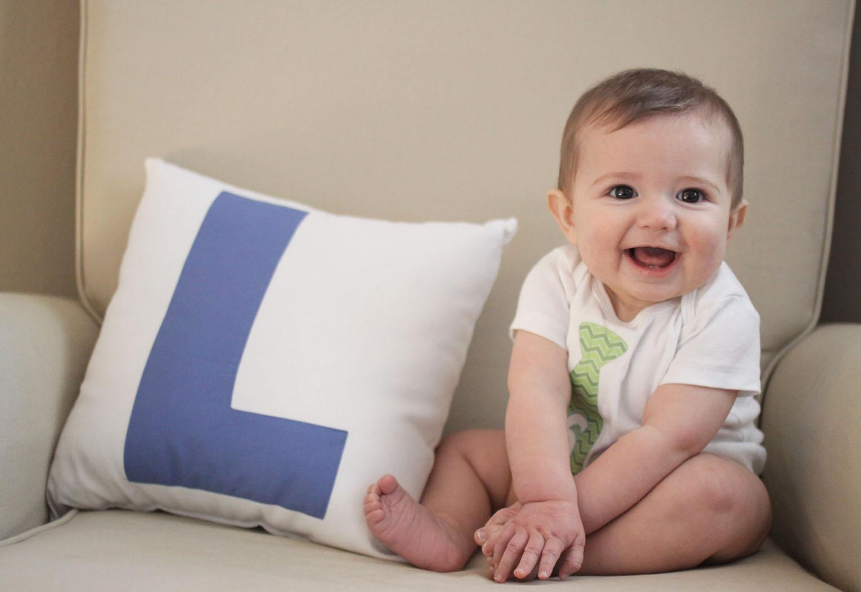 Ребенок описал диван