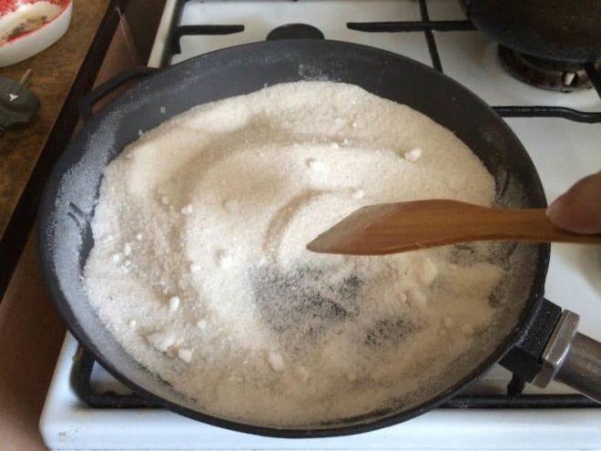 Прокалить сковородку