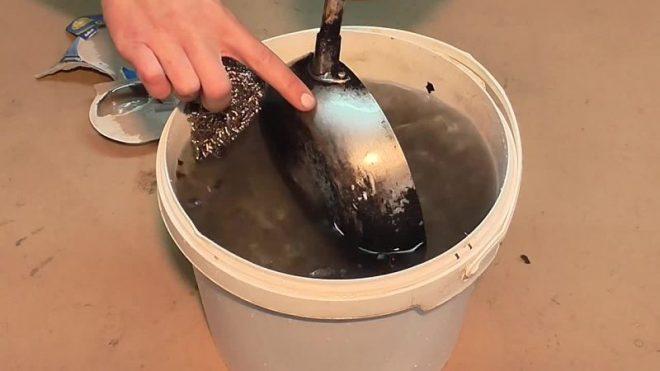Очистить сковороду