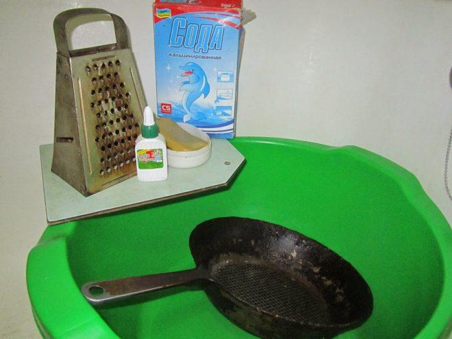 Очистка сковороды клеем