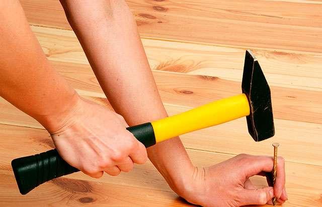 Процесс вбивания деревянных клиньев